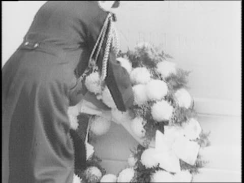 roosevelt leads armistice day service at arlington national cemetery at the tomb of the unknown soldier / soldiers present arms / officer lays a... - アーリントン国立墓地点の映像素材/bロール