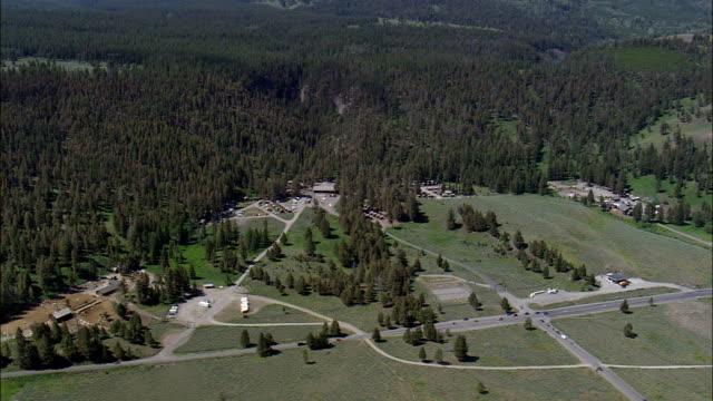 ルーズベルト ロッジ - 空中写真 - ワイオミング州、公園郡、ヘリコプター撮影、航空ビデオ、cineflex、エスタブリッシング ・ ショット、アメリカ合衆国 - 風致地区点の映像素材/bロール
