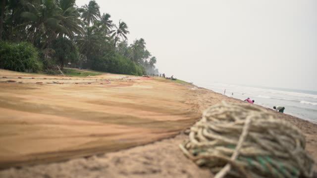 vidéos et rushes de rope ms enroulé sur la plage de l'océan tropical, sri lanka - angle de prise de vue