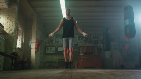 seil springen boxer - männer stock-videos und b-roll-filmmaterial