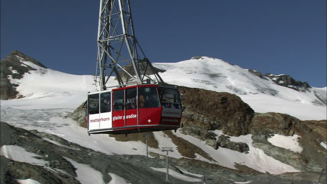 stockvideo's en b-roll-footage met ropeway in zermatt, switzerland - kabelwagen