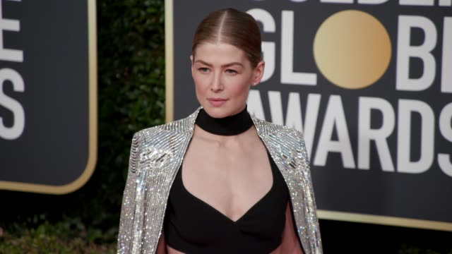 rosamund pike at 76th annual golden globe awards arrivals in los angeles ca 1/6/19 4k footage - rosamund pike stock videos & royalty-free footage