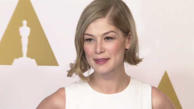 vídeos y material grabado en eventos de stock de rosamund pike at 87th annual academy awards nominee luncheon reception at the beverly hilton hotel on february 02 2015 in beverly hills california - the beverly hilton hotel