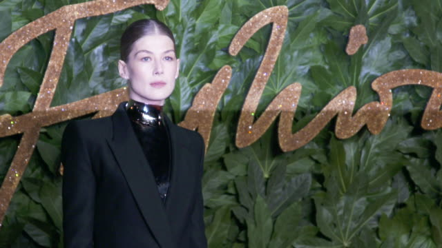 rosamund pike at the fashion awards 2018 in partnership with swarovski red carpet at royal albert hall on december 10 2018 in london england - rosamund pike stock videos & royalty-free footage