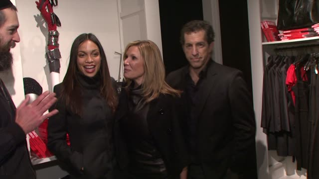 rosario dawson maria cuomo cole and kenneth cole at the kenneth cole hosts book launch for 'awearness inspiring stories about how to make a... - dawson city点の映像素材/bロール