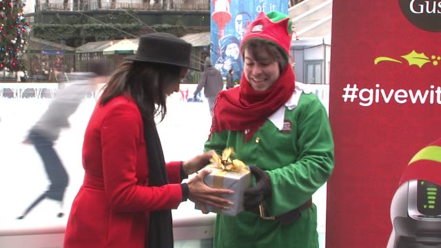 vídeos de stock, filmes e b-roll de rosario dawson nescafe dolce gusto and 100 holiday elves spread holiday cheer in new york at bryant park on december 02 2014 in new york city - dawson city