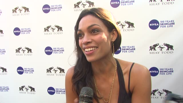 vídeos de stock, filmes e b-roll de rosario dawson on how she gets ready for bikini season on maintaining body confidence on her summer workout on her most and least favorite style... - rosario dawson