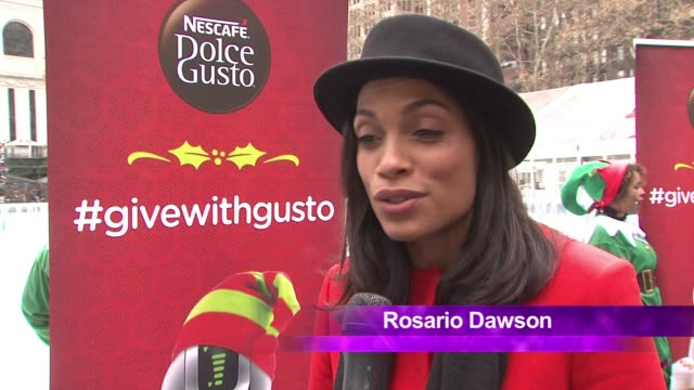 vídeos de stock, filmes e b-roll de chyron rosario dawson on what is going on today on passing it forward being what the holidays are about talks about coming together with a cup of hot... - dawson city