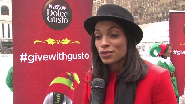 vídeos de stock, filmes e b-roll de clean rosario dawson on what is going on today on passing it forward being what the holidays are about talks about coming together with a cup of hot... - dawson city