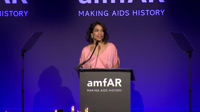 speech rosario dawson receives her award at 2015 amfar new york gala at cipriani wall street on february 11 2015 in new york city - dawson city点の映像素材/bロール