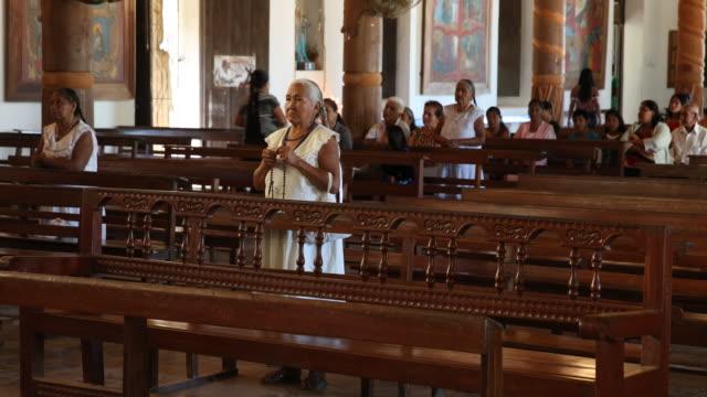 vídeos y material grabado en eventos de stock de rosary prayer of the caciques before the holy mass in the catholic church of san ignacio de moxos - catolicismo