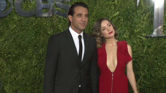 vídeos de stock e filmes b-roll de rose byrne and bobby canivale at tony awards red carpet arrivals at radio city music hall on june 07, 2015 in new york city. - rose byrne