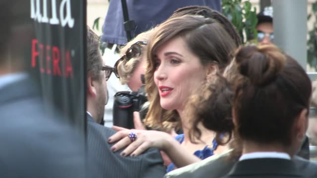 vídeos de stock e filmes b-roll de rose byrne at the adult beginners premiere in hollywood in celebrity sightings in los angeles, - rose byrne