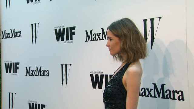 vídeos de stock e filmes b-roll de rose byrne at the max mara and w magazine cocktail party to honor the women in film max mara face of the future award recipient, rose byrne at... - rose byrne