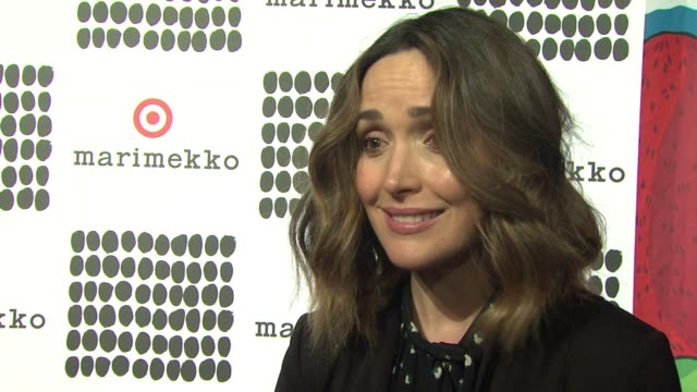 vídeos de stock e filmes b-roll de rose byrne explains what we are celebrating tonight and explains what she loves about the collection. shares what her favorite things to buy at... - rose byrne