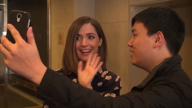 vídeos de stock e filmes b-roll de rose byrne leaving the today show, poses for photos and signs for fans in celebrity sightings in new york, - rose byrne