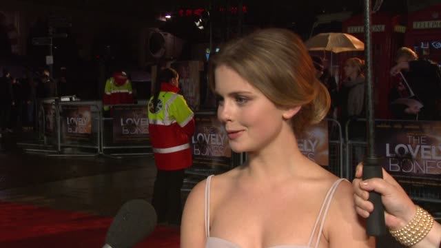 rose mciver on who she is wearing on the subject matter on dealing with the pressure of the popularity of the book at the the lovely bones world... - 英格蘭 個影片檔及 b 捲影像