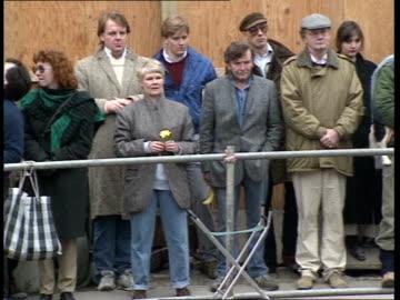 rose theatre site development / actors join protests; judi dench , michael williams , james fox and dame peggy ashcroft at edge of site seeking... - neil simon bildbanksvideor och videomaterial från bakom kulisserna