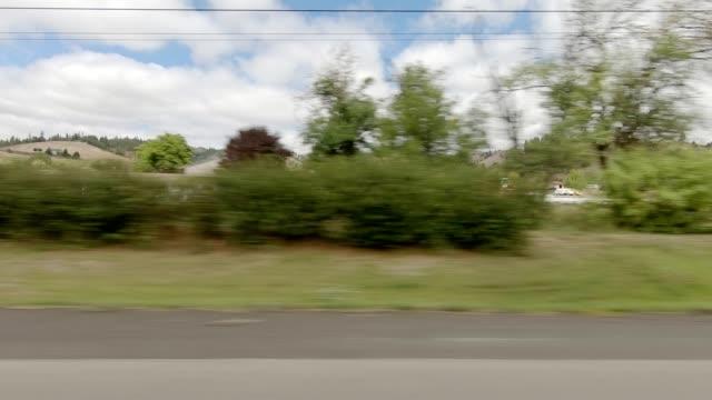 vídeos y material grabado en eventos de stock de roseburg highway xv serie sincronizada placa de proceso de conducción de vista derecha - oregon us state