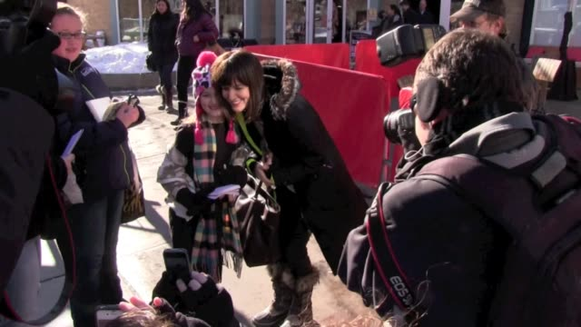 vídeos de stock e filmes b-roll de rosemarie dewitt signing autographs at ski lift celebrity sightings in park city on 1/19/13 in park city utah - autografar