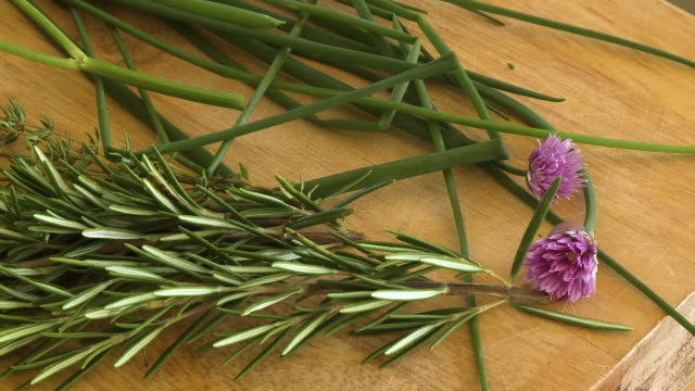 rosemary flower and chives - ローズマリー点の映像素材/bロール