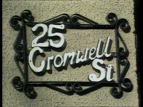 rosemary west murder trial: day 31: verdicts; itn lib held in bureau ext cromwell st no.25 cms plaque on wall '25 cromwell st' gv west's house tilt... - 3日目点の映像素材/bロール