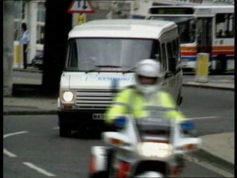 vídeos de stock e filmes b-roll de stepdaughter gives evidence; england: hampshire: winchester : ext lms van towards pull out police escort followed by van towards - hampshire