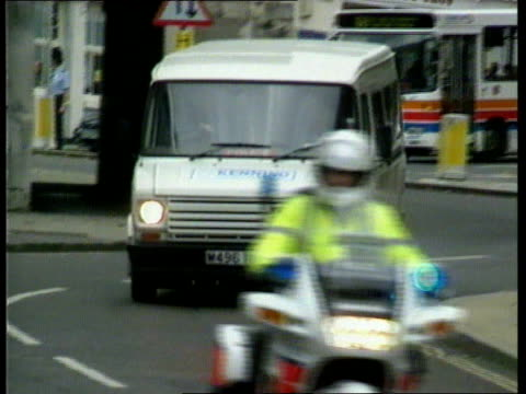 vídeos de stock e filmes b-roll de stepdaughter gives evidence; england: hampshire: winchester: ext lms van towards pull out police escort followed by van towards - hampshire