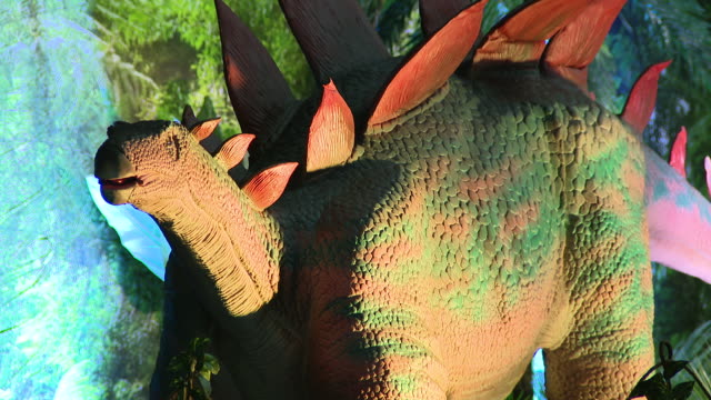 rosemont, il, u.s. - realistic and life-sized dinosaurs at traveling dinosaur adventure exhibition in rosemont on sunday, january 12, 2020. - animal eye stock videos & royalty-free footage