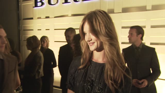 rosie huntington, burberry model at the burberry beverly hills store re-opening at los angeles ca. - beverly hills点の映像素材/bロール