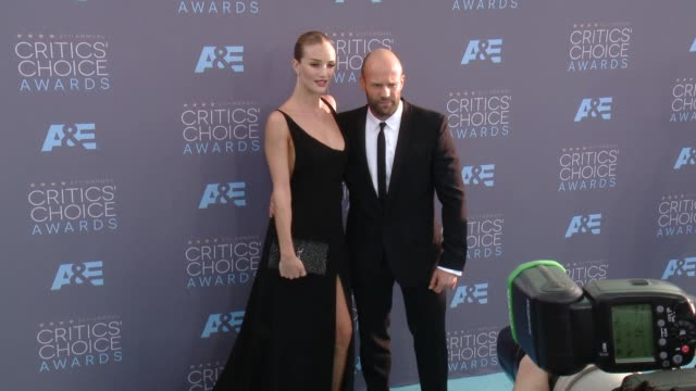 vídeos de stock e filmes b-roll de rosie huntington-whiteley, jason statham at 21st annual critics' choice awards in los angeles, ca 1/1/7/16 - prémios critics choice movie awards