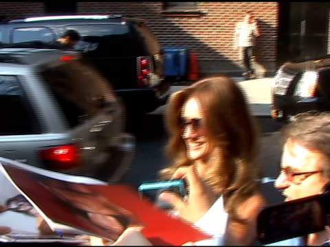 vídeos y material grabado en eventos de stock de rosie huntington-whiteley signs autographs for fans as she departs the 'late show with david letterman' in new york 06/15/11 - autografiar