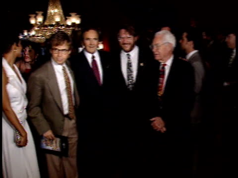 vídeos y material grabado en eventos de stock de rosie o'donnell john goodman halle berry rick moranis joseph barbera brian levant and william hanna pose for paparazzi and chat on the red carpet - halle berry