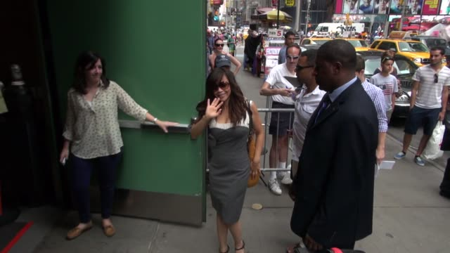 stockvideo's en b-roll-footage met rosie perez at the 'good afternoon america' studio with fans in new york, ny, on 08/27/12 - rosie perez
