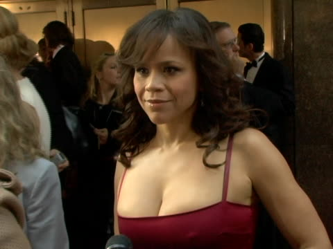 stockvideo's en b-roll-footage met rosie perez on presenting being a lot of fun and her dolce and gabbana dress. at the 60th annual tony awards at radio city music hall in new york... - rosie perez