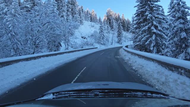 stockvideo's en b-roll-footage met rossfeld panoramische weg, berchtesgaden, duitsland, in de winter - sunny