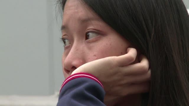 rostros de tristeza entre los manifestantes prodemocracia que ocupaban el centro de hong kong mientras la policia desmantelaba su principal... - tristeza stock videos and b-roll footage
