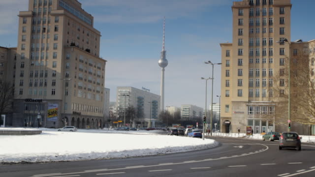 vídeos de stock, filmes e b-roll de ws tu rotary traffic at strausberger platz with fernsehturm (tv tower) in background, winter / berlin, germany - torre de televisão berlim
