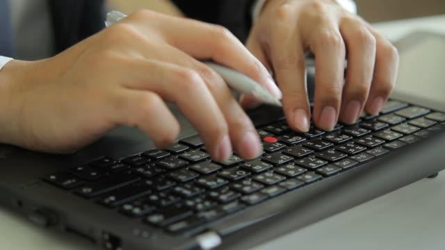 hd : rotate in - businessman typing a laptop - människofinger bildbanksvideor och videomaterial från bakom kulisserna