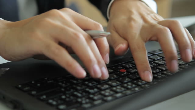 hd : rotate out - businessman typing a laptop - människofinger bildbanksvideor och videomaterial från bakom kulisserna