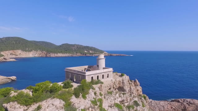stockvideo's en b-roll-footage met rotating aerial drone shot of a castle structure near the ocean - cres kroatië