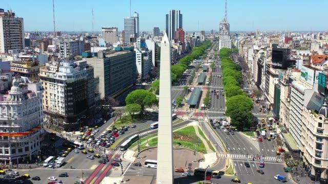 stockvideo's en b-roll-footage met roteren rond obelisk landmark in buenos aires - avenida 9 de julio