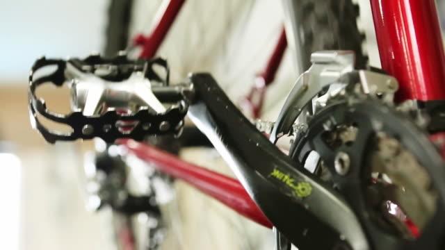 vídeos y material grabado en eventos de stock de rotating bike gears - pedal