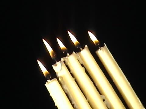 vídeos de stock, filmes e b-roll de girando velas - ângulo agudo