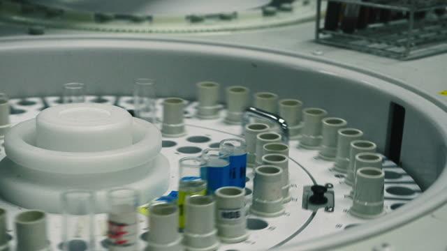 stockvideo's en b-roll-footage met draaiende centrifuge met bloed monster containers - machinerie