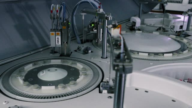 rotierende zentrifuge mit blutprobenbehälter - zentrifuge stock-videos und b-roll-filmmaterial