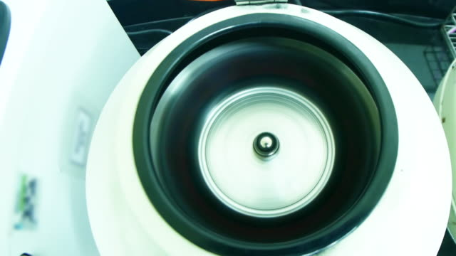 rotierenden zentrifuge mit probenbehälter - zentrifuge stock-videos und b-roll-filmmaterial