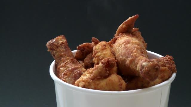 vídeos y material grabado en eventos de stock de rotating chicken wings - freír mediante inmersión total en aceite caliente