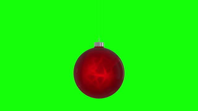 vídeos de stock, filmes e b-roll de a bola de natal rotativa representa o feliz natal. loop sem costura, isolado greenbox alfa fundo 4k vídeo de ações - star shape