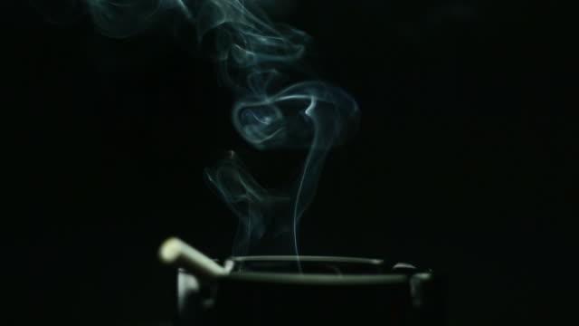 rotación del cigarrillo en el cenicero